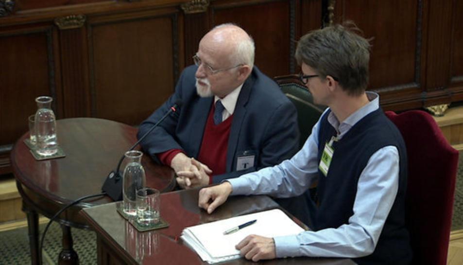 Imatge general de l'exdiputat alemany Bernhard von Grünberg (a l'esquerra) declarant com a testimoni al Tribunal Suprem.