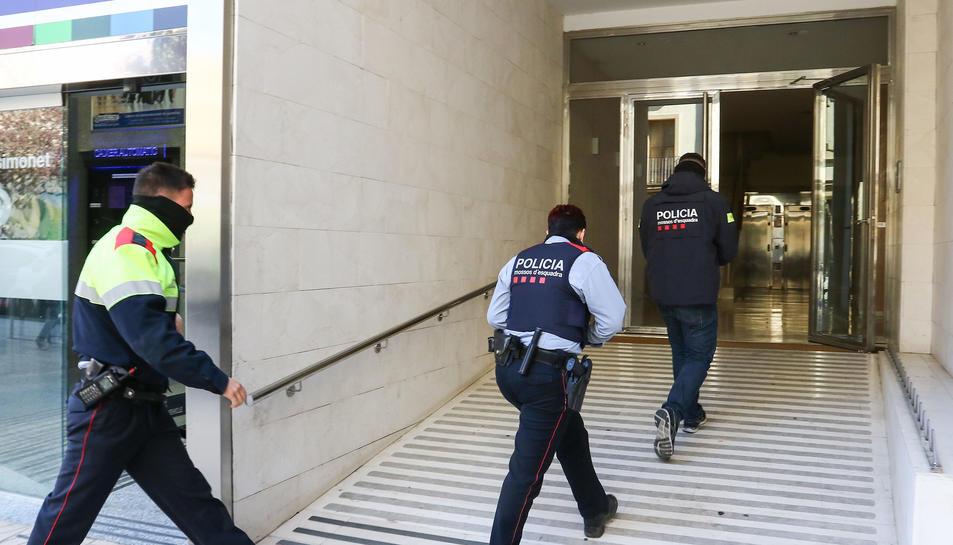 Els Mossos d'Esquadra hicieron registros en el edificio Simonet de Reus en el marco de la operación contra el grupo que robava a turistas en la AP-7.