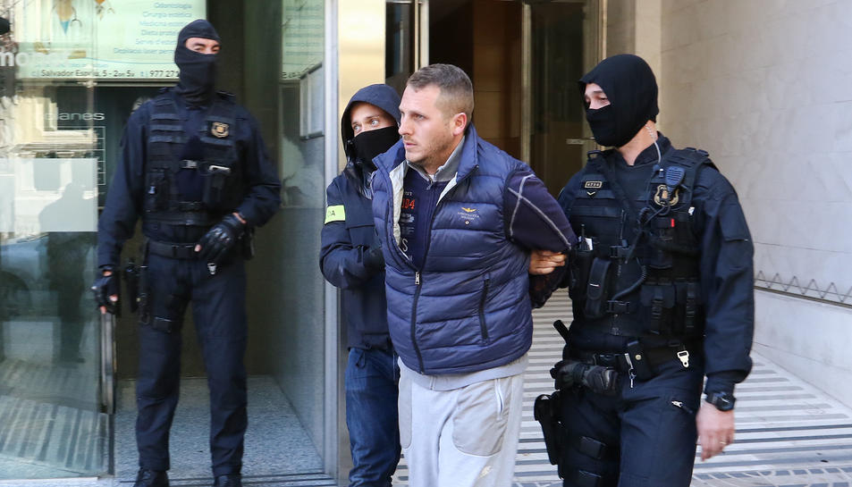 Imatge dels Mossos d'Esquadra emportant-se un detingut a Reus en el marc de l'operació contra el grup que robava a turistes a l'AP-7.