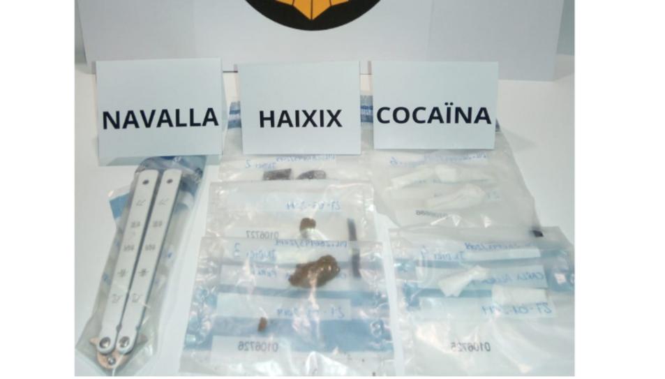 La policia local va decomissar cinc dosis de cocaïna, dos peces d'haixix, pol·len i marihuana.
