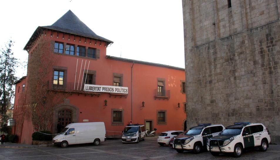 Quatre vehicles de la Guàrdia Civil davant l'edifici de l'Ajuntament de la Seu d'Urgell.