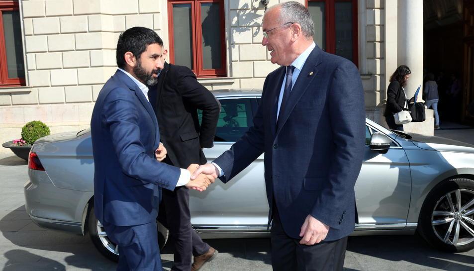 Pla americà del conseller Chakir El Homrani saludant l'alcalde de Reus, Carles Pellicer, en la seva arribada a l'Ajuntament. Imatge del 29 de març del 2019