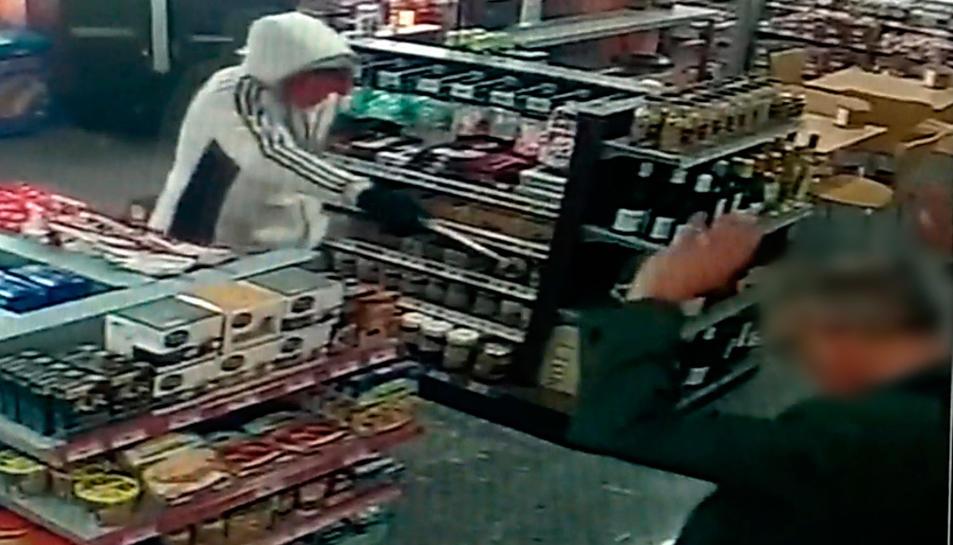 Imatge de les càmares de seguretat d'una de les benzineres atracades.