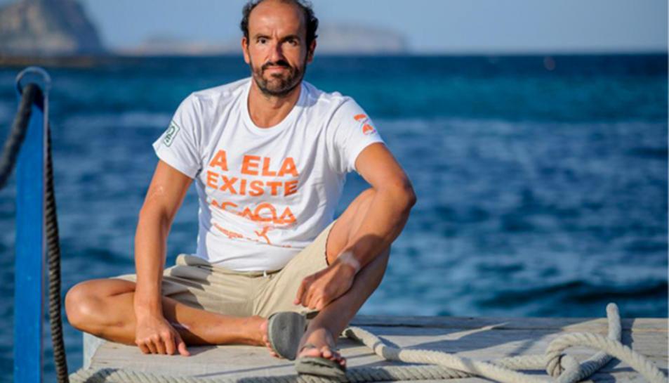 El nadador d'aigües obertes Jaime Caballero, col·labora amb l'Associació Siempre Adelante.
