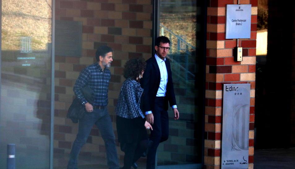 Oriol Pujol sortint per la porta de la presó de Brians 2 amb dues persones més.