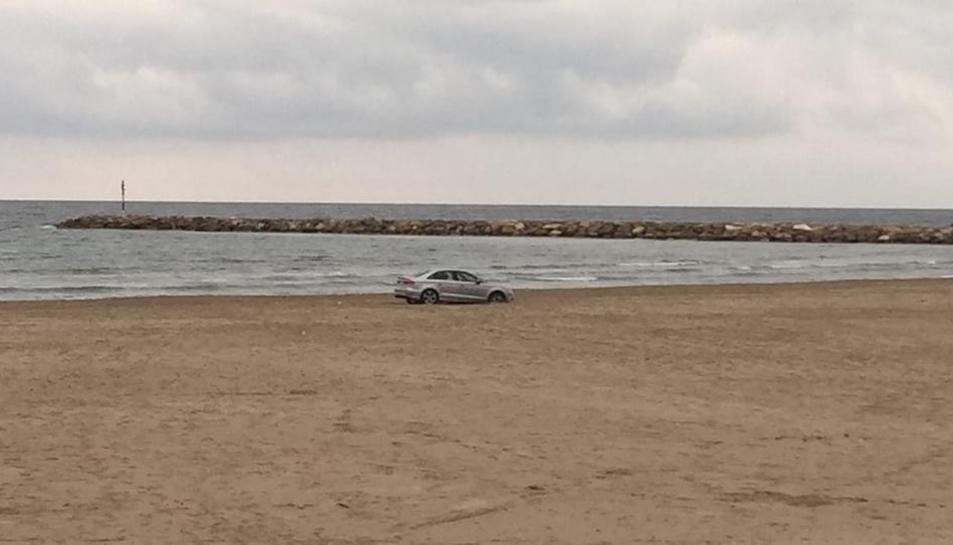 Vehicle a la platja de La Pineda.