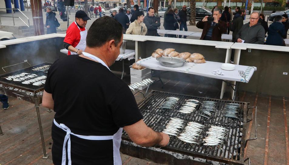Diversos cuiners preparen la sardinada popular organitzada per la Lliga Contra el Càncer.