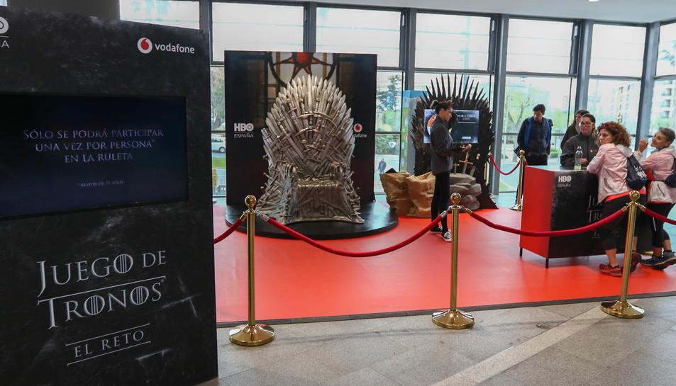 Els visitants poden fotografiar-se amb el Tron de Ferro.
