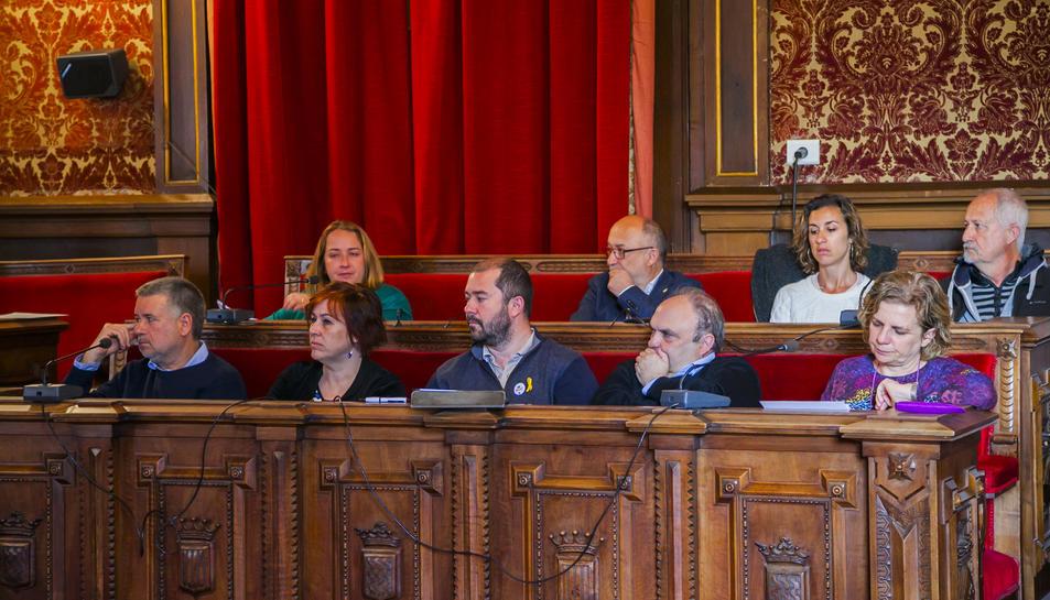 Regidors del govern i dels grups de l'oposició d'ERC, la CUP i ICV, en la sessió d'ahir.