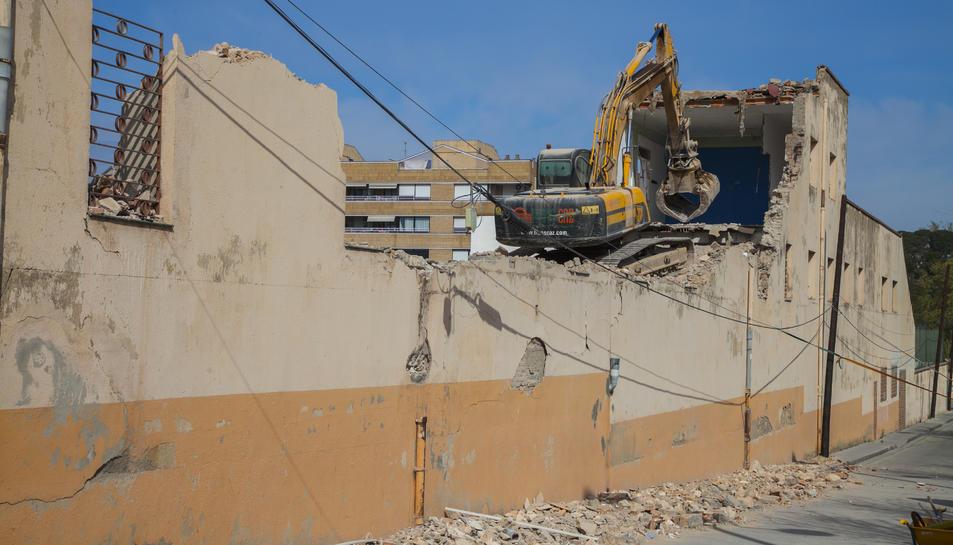 Una màquina excavadora treballava ahir en l'enderroc de l'edifici.