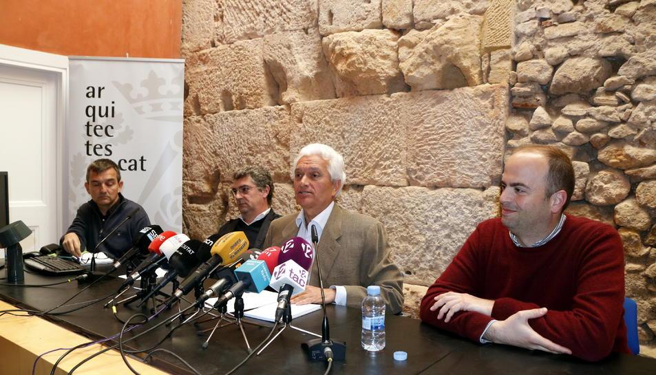 Pla mitjà del portaveu de la plataforma Mercaderies per l'Interior, Eugeni Sedano (centre), flanquejat per Joan Tous (esquerra), del Col·legi d'Arquitectes, i Marc Francesch, de l'Associació de Càmpings (dreta), l'1 d'abril del 2019