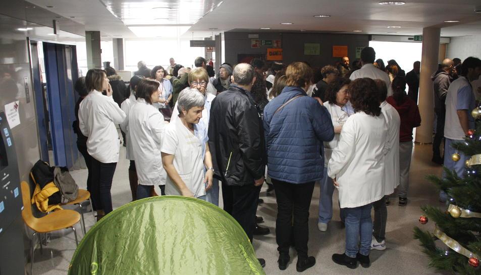 Pla general de treballadors concentrats a l'interior de l'Hospital de Móra d'Ebre, en una protesta al desembre.