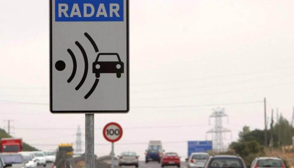 Imatge d'un radar en una carretera espanyola.