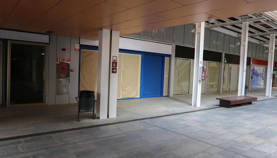 Els establiments buits s'acumulen des de fa mesos a la planta baixa del passeig comercial.