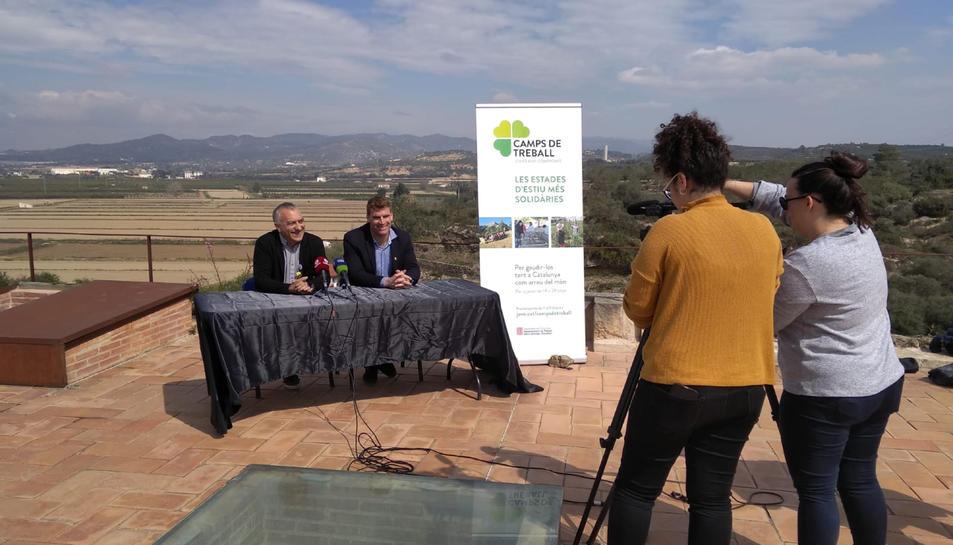Pla general del coordinador de Joventut de les Terres de l'Ebre, Joan Barberà, i el president de l'EMD de Campredó, Damià Grau, en la presentació dels camps de treball 2019.