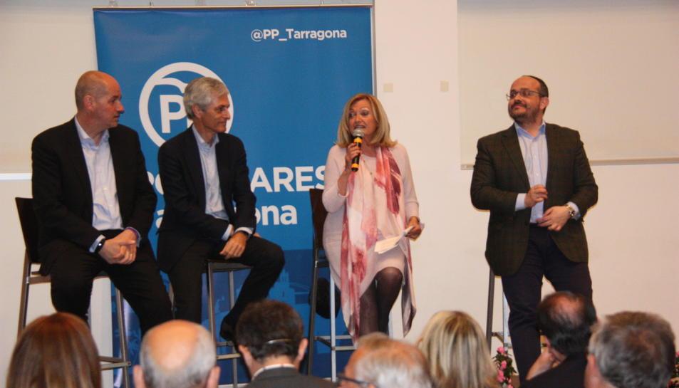 D'esquerra a dreta, els candidats al Congrés pel PP Jordi Roca i Adolfo Suárez Illana, la candidata a l'alcaldia de Torredembarra, Núria Gómez, i el president del PP català Alejandro Fernández.