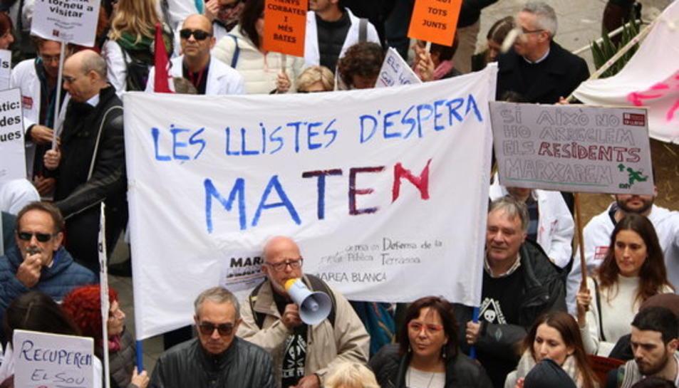 Primer pla d'una pancarta reivindicativa en la manifestació de la sanitat concertada de Terrassa el 30 de novembre de 2018.