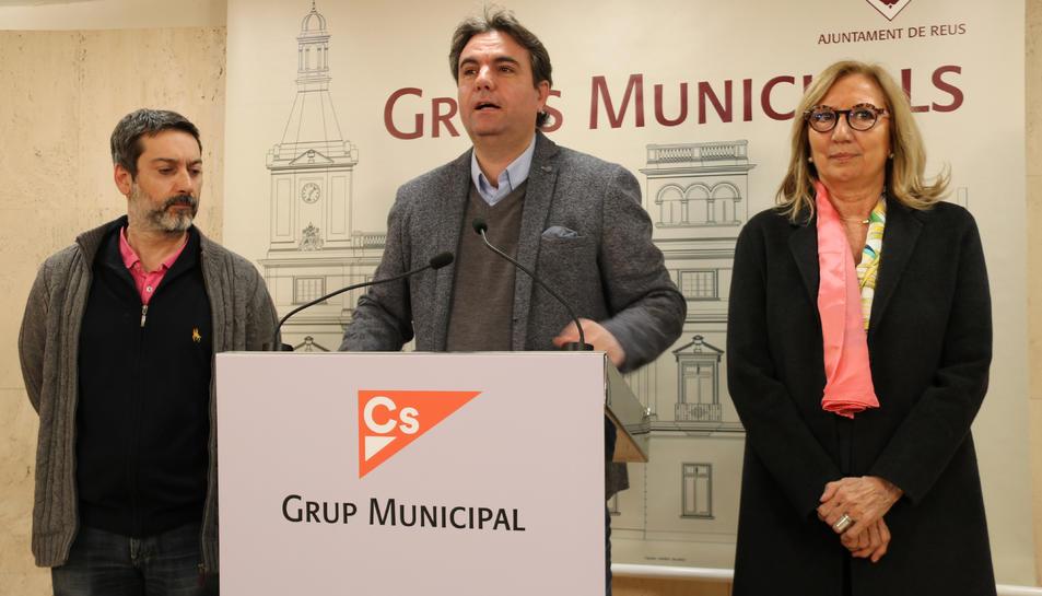 Pla mig dels regidors de Cs a Reus. D'esquerra a dreta: Guillermo Figueras, Juan Carlos Sánchez i Pepa Labrador.