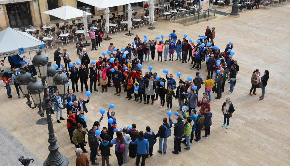 Imatge de la celebració del Dia Internacional de l'Autisme a la plaça de la Font.