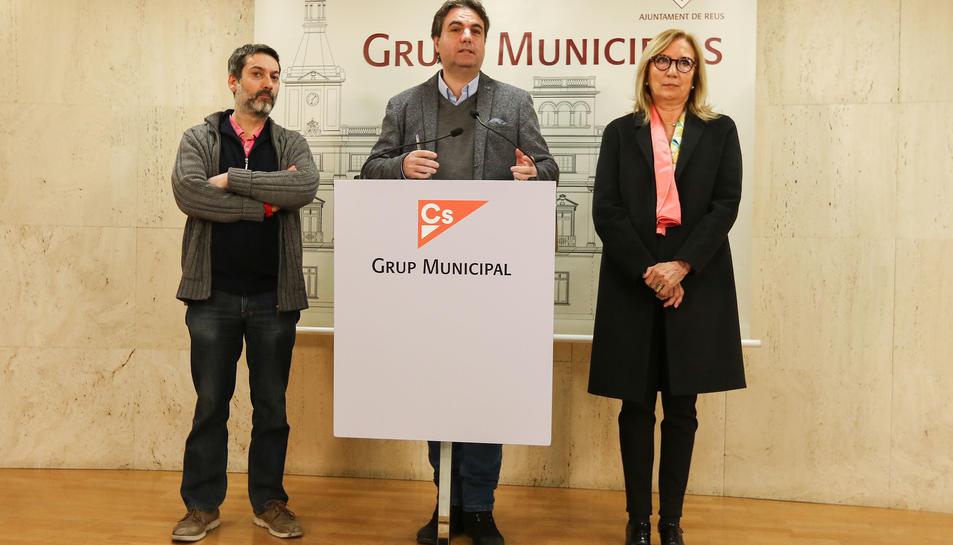 Guillem Figueras, Juan Carlos Sánchez i Pepa Labrador en la compareixença d'ahir dimarts.