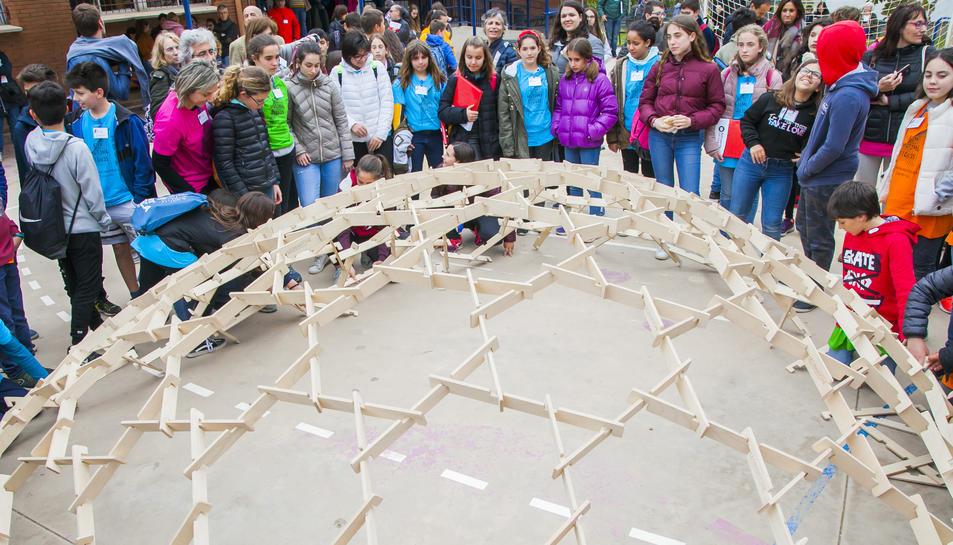 Alumnes participants a les proves realitzant una cúpula de Leonardo da Vinci.
