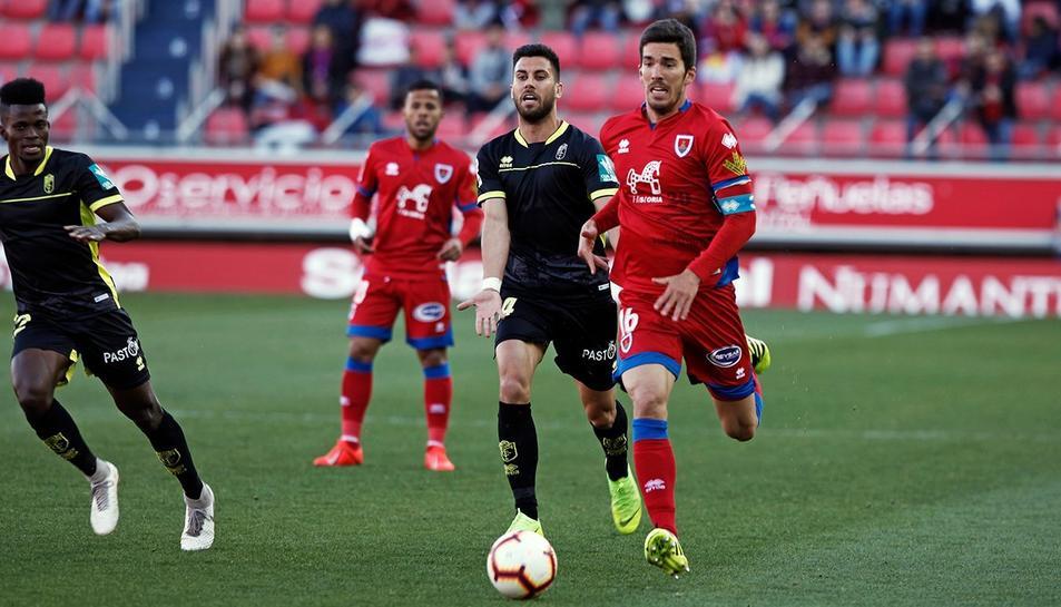 Carlos Gutiérrez, durant un duel amb el Numancia i amb l'exjugador del Reus i ara del conjunt sorià Gus Ledes.