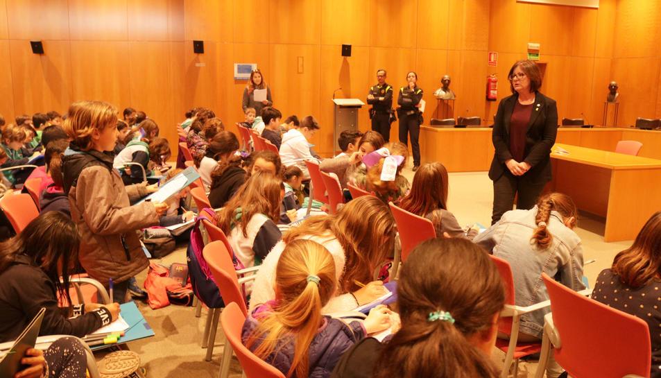L'alcaldessa Camí Mendoza ha respost les preguntes que els alumnes portaven preparades.