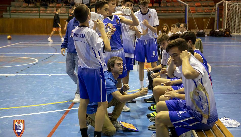 Eugeni Tolosana, donant instruccions als seus jugadors durant un enfrontament.