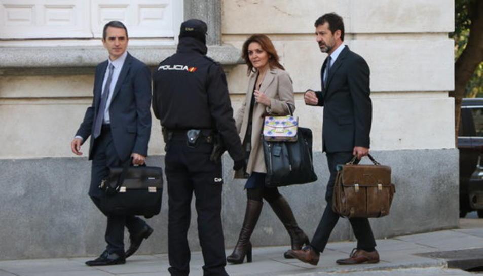 els comissaris dels Mossos d'Esquadra Ferran López i Joan Carles Molinero s'aturen a l'entrada del Tribunal Suprem acompanyats de la seva lletrada davant d'un agent de la Policia Nacional.