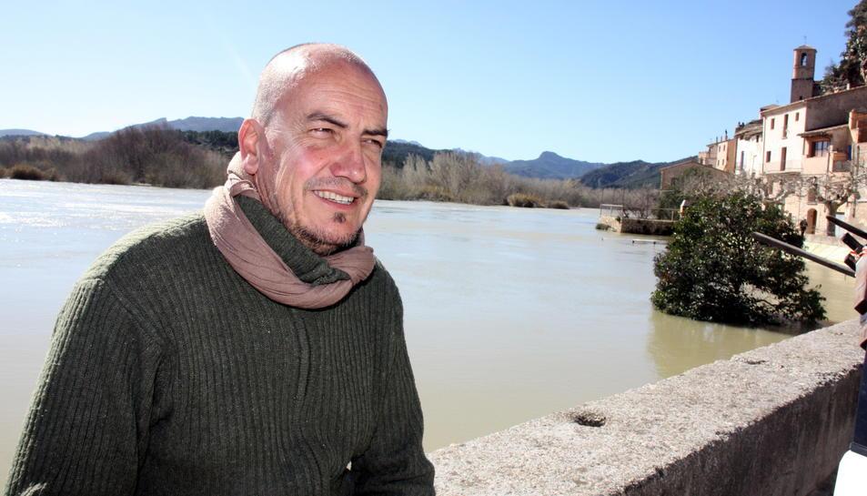 Pla mig de l'alcalde de Miravet, Toni Borrell, vora el riu Ebre al seu pas per la població