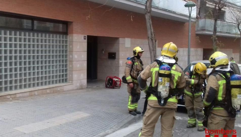 Tres dotacions dels Bombers han actuat en el servei de l'incendi del quadre elèctric en un edifici del carrer Mercè Rodoreda.