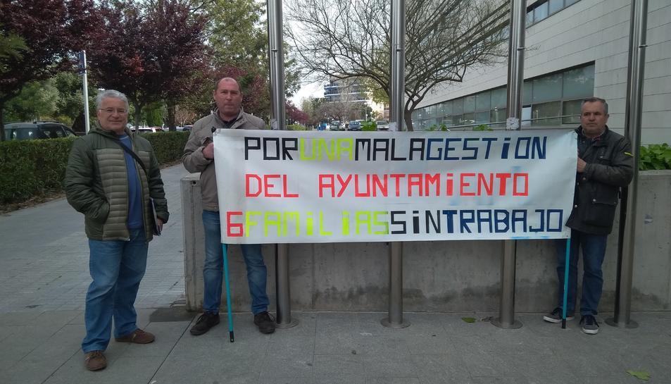 Els afectats, a les portes de l'Ajuntament de Salou.