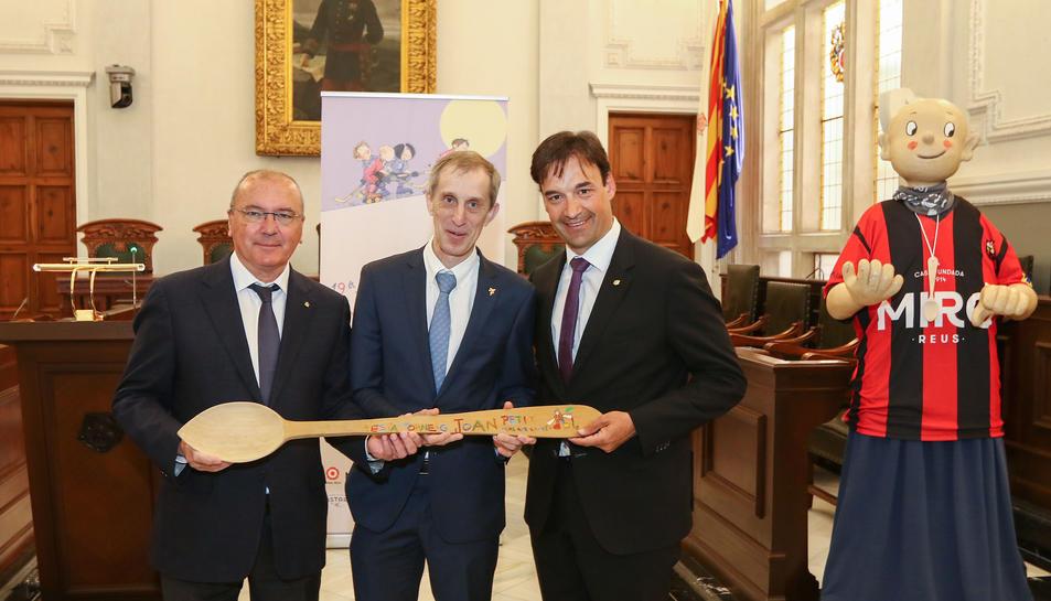 El secretari d'Estat d'Esports del Govern d'Andorra va fer el traspàs de la cullera de fusta.