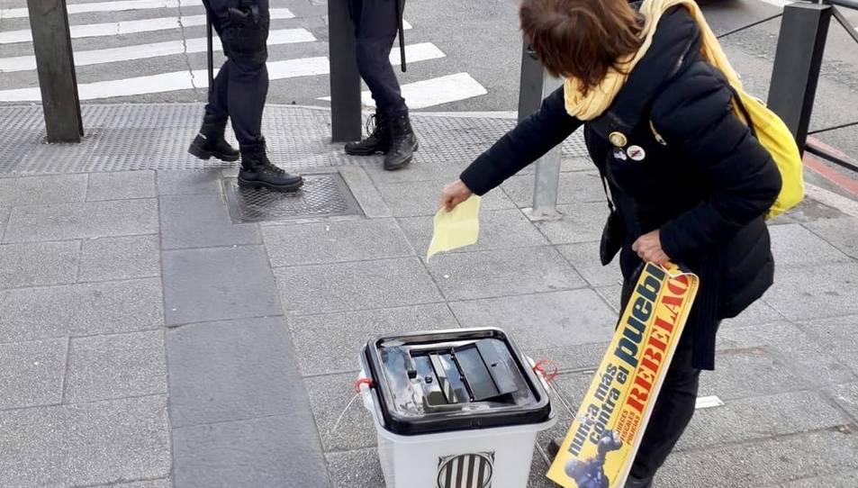 Els membres van dipositar les denúncies dintre d'una urna de l'1-O.