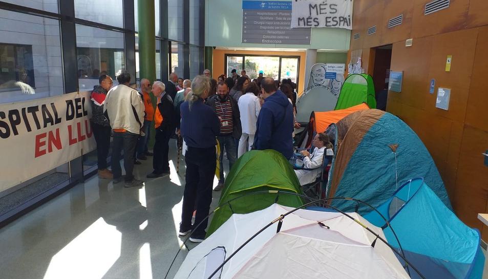 Els treballadors han acampat al vestíbul del centre.