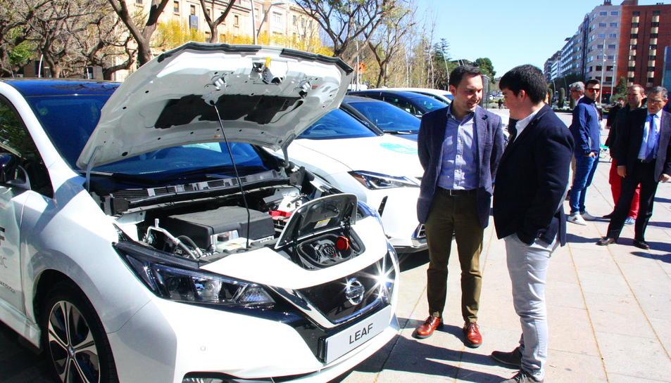 El regidor de Medi Ambient i Ocupació de l'Ajuntament de Reus, Daniel Rubio, amb un vehicle elèctric.