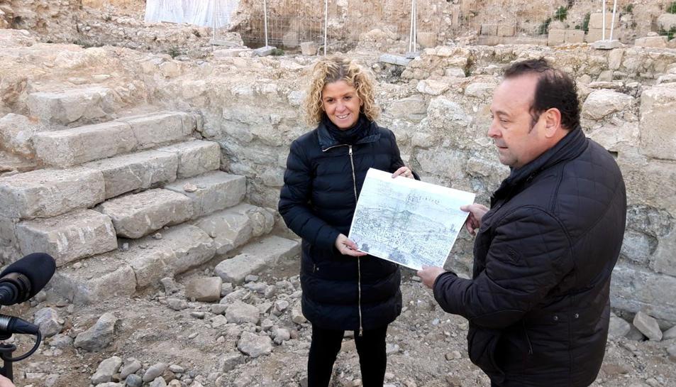 L'alcaldessa de Tortosa, Mertixell Roigé, i el director de les excavacions, Jordi Diloli, davant les escales que s'han trobat.
