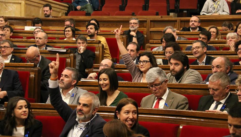 Els diputats de Cs i PSC votant a favor, amb els diputats de la CUP al fons, el 4 d'abril de 2019.