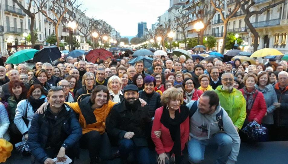 Marcel Mauri, al centre, amb els participants al debat de la campanya Judici a la Democràcia que es va fer a Tarragona.