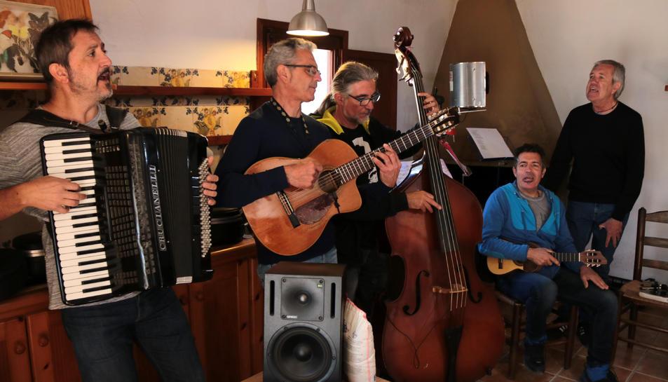 Pla general dels components de Quico el Célio, el Noi i el Mut de Ferreries tocant un dels temes nous a l'estudi de l'illa de Buda. Imatge del 4 d'abril de 2019