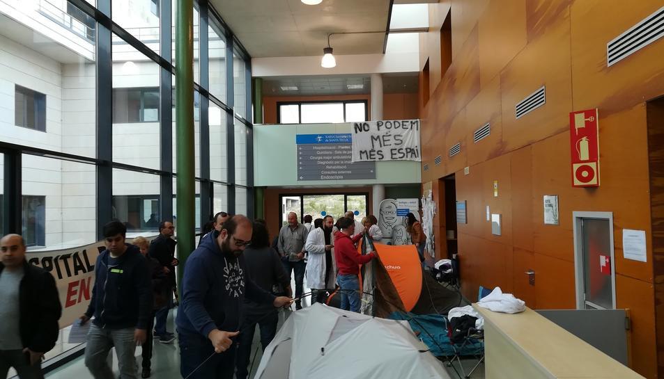 Els treballadors desmuntant les tendes on han passat la nit a l'hospital.