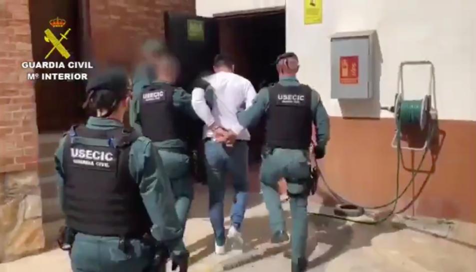 Imatge del detingut acompanyat d'agents de la Guàrdia Civil.