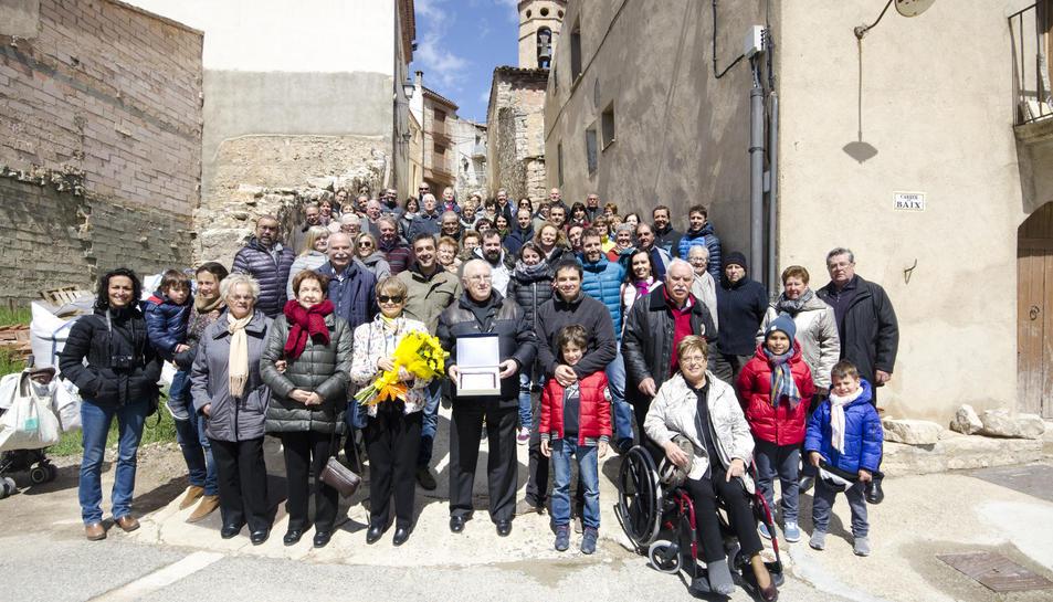 Els participants a la celebració i la descoberta del monolit dedicat a l'1 d'Octubre.