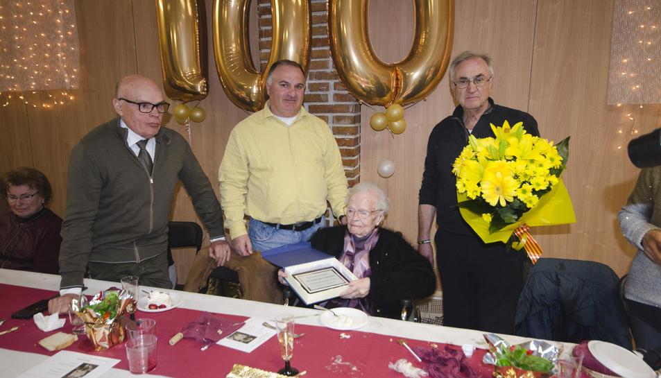 Victoria Rius Besora va rebre un ram de flocrs i una paca commemorativa.