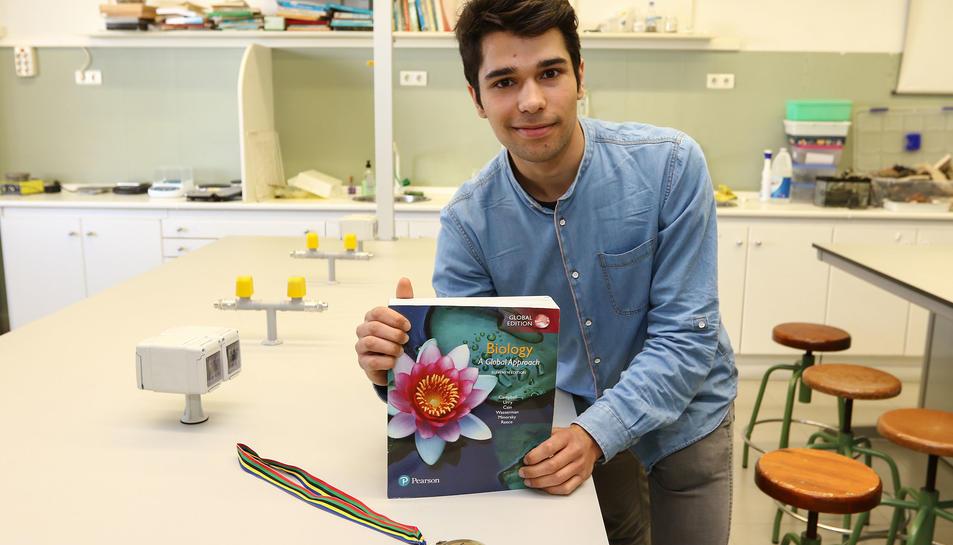 L'Abiel, al laboratori de l'institut, amb la medalla que va guanyar a les Olimpíades de Biologia.