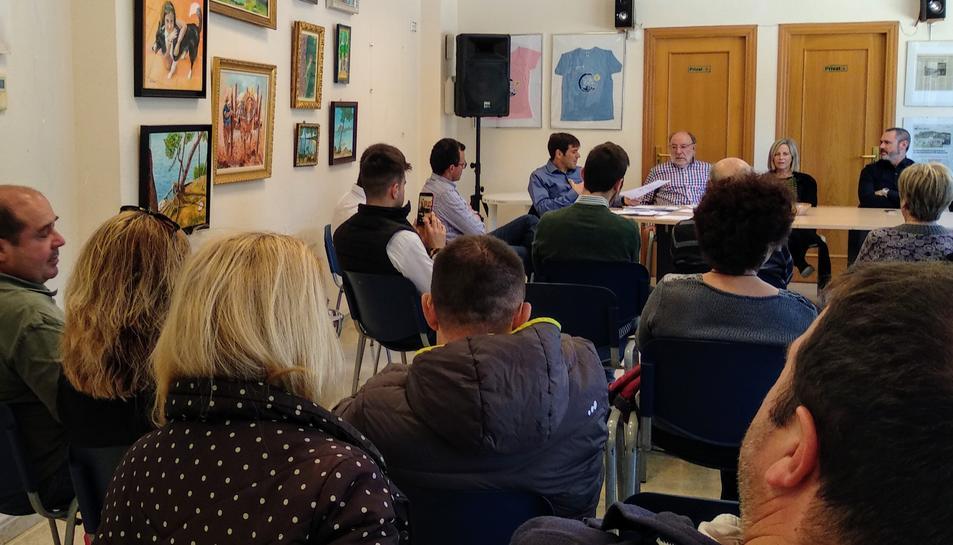 Imatge de la trobada entre el candidat i els veïns de La Móra.