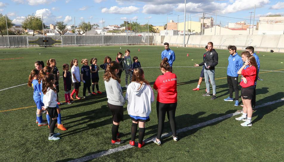 Una vintena de noies van participar en l'entrenament que va tenir lloc ahir a la tarda a les instal·lacions del Districte V de Reus.