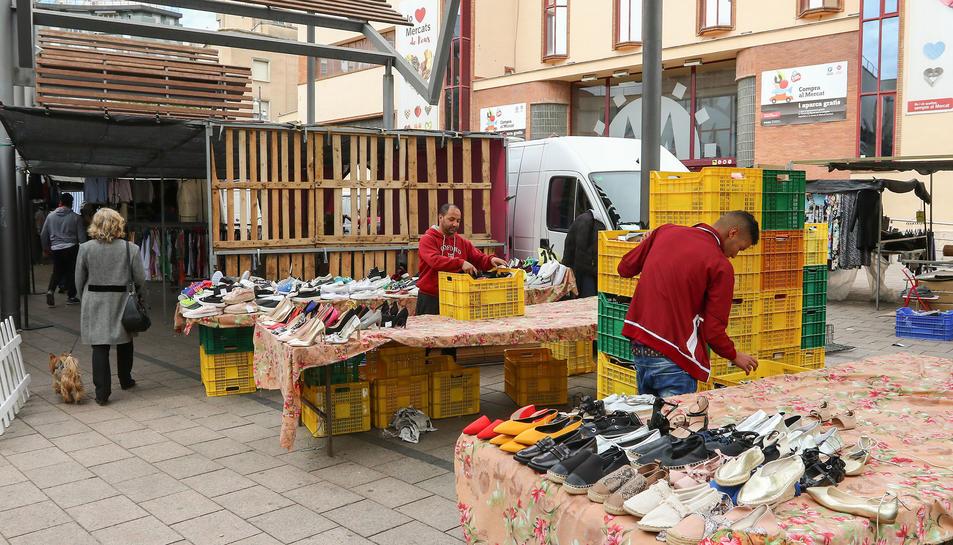 Un dels nous marxants instal·lats a Reus, que comercialitza calçat, prepara la parada.