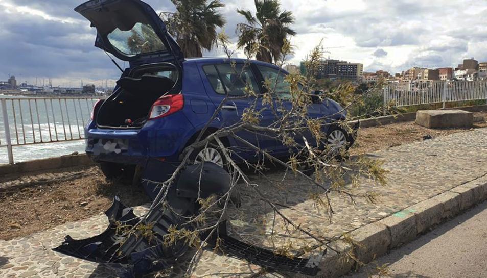 Els Bombers van haver de tallar un arbre que el cotxe es va emportar per davant.