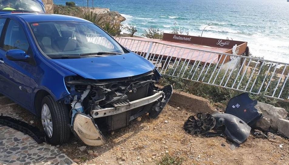 Imatge de l'estat en el qual van quedar el cotxe i la barana a causa de l'accident.